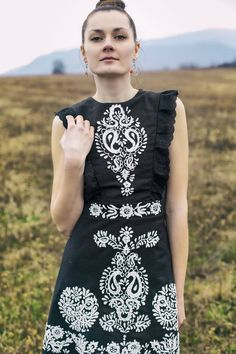 Classic and elegant Black & White with playful twists Black Linen, Black And White, Hand Painted Dress, Dress Codes, Traditional Dresses, Womens Fashion, Fashion Trends, Short Sleeve Dresses, Elegant