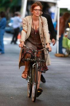 Uma Thurman looks like a veteran commuter