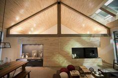 Un shack pour l'été | Lucie Lavigne | Projets immobiliers Garage Loft, Grandeur Nature, Bonneville, Conference Room, Condos, Table, Furniture, Home Decor, Chalets