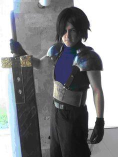 Miguel Alejandro Zepeda Campos, alias Alex Bernstein, con su su cosplay de Zack Fair de Final Fantasy VII Crisis Core