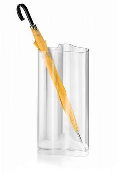 Il portaombrelli Nuvola di Guzzini, in materiale plastico trasparente, è facile da abbinare all'arredo