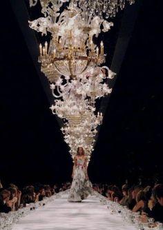 Chandelier lined runway Dries Van Noten S/S 2005 Fashion Moda, Runway Fashion, Fashion Show, High Fashion, Nyc Fashion, Fashion Art, Vintage Fashion, Villa Eugenie, Elie Saab
