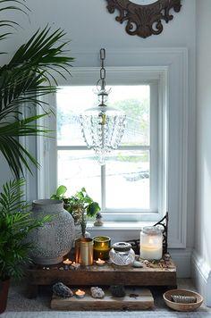 バスルームなどの小窓周りも、インテリアを工夫するだけでグッとおしゃれな雰囲気に。可愛いシャンデリアやキャンドルを飾って、リラックスできるスペースを作ってみませんか?
