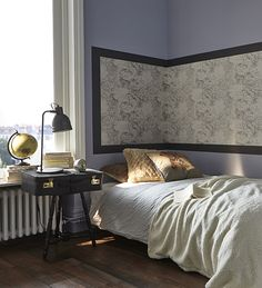 La tête de lit prend de la hauteur et fait aussi office ce cadre ! Prenez un lé de votre papier peint préféré et encadrez-le pour le mettre en valeur. Il ne reste plus qu'à l'accrocher. http://www.castorama.fr/store/pages/idees-decoration-facile-tete-de-lit.html