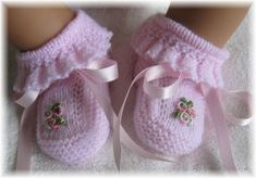 Vintage Baby Booties ~~ ruffles, bows and embroidered bullion rosesExplore my_special_angels& photos on Photobucket.Knitting patterns for baby booThis Pin was discovered by AmaThese are knit, but it does gi Magnifique pour une petite fille - Any Droulez - Crochet Baby Dress Pattern, Baby Dress Patterns, Baby Knitting Patterns, Booties Crochet, Crochet Baby Shoes, Crochet Baby Booties, Knitted Baby, Baby Bootees, Baby Pullover
