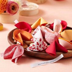 Year Party Make Fortune Cookie Favors -These DIY cloth fortune cookies are fun to make, and they are adorable party favors.Make Fortune Cookie Favors -These DIY cloth fortune cookies are fun to make, and they are adorable party favors. Chinese New Year Gifts, Chinese Valentine's Day, Chinese New Year Decorations, Chinese New Year 2020, New Years Decorations, Chinese Food, Chinese Christmas, Chinese Holidays, Envelopes
