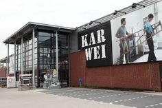 Karwei Gorinchem. Foto rechts van de naam dient ervoor een bepaald beeld van Karwei bij de consument te creëren.