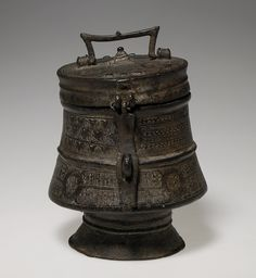 Africa | A Kuduo, container from the Asante or Akan people of Ghana | Brass | 18th - 19th century.