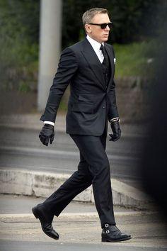 James Bond doit-il porter le costume trois-pièces ?