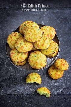 Biscuiti cu mozzarella - biscuiti low carb, cu faina de cocos, mozzarella, usturoi pudra si ceapa verde. Un snack delicios pentru orice petrecere.