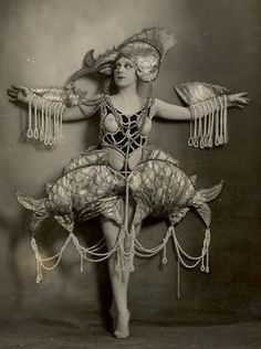 Nude woman in aquatic costume of pearls. Photographed by Lucien Walery c. Definitely goofy/over the top, but architectural costumes always impress. Burlesque Vintage, Vintage Circus, Vintage Dance, Cool Costumes, Vintage Costumes, Amazing Costumes, Costume Ideas, Vintage Pictures, Black And White