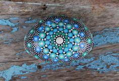 Pierre Mandala peint à la main couleurs par StripeyCatsStudio