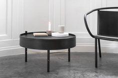 """Mit einem Griff lässt sich die Platte des """"Turning Table"""" beiseite drehen, darunter öffnet sich Stauraum für all die kleinen Dinge, die man in Sofa- oder Sesselnähe braucht. Der Entwurf stammt von Theresa Arns. Den """"Turning Table"""" gibt es in geweißter Eiche oder schwarz lasierter Esche. Durchmesser: 65 cm, 36 cm hoch. Preis: ca. 450 Euro."""