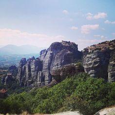 En lugar de Buscando a Wally, sería Buscando los 4 Monasterios. Porque sí, en esta foto hay 4 monasterios, ¿Los véis? #Meteora #travelblogger #escapadasdeunatrotamundos