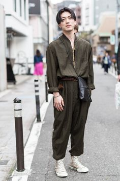 street fashion | looks | street look | tokyo street fashion | tokyo street look | street fashion tokyo | street fashion japan | men fashion | spring style | spring outfit ideas | casual | converse | khaki | green | jumpsuit | men outfits