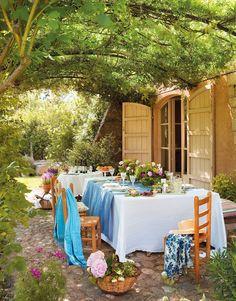 Sobre la mesa  Lino blanco de Lineo y azul de La Maison. Vajilla de El Corte Inglés y copas de Zara Home. Flores de Mònica Martí.