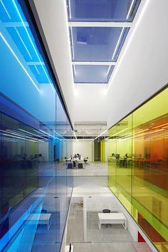 L'agence pékinoise, People's Architecture Office a concocté un univers étonnant par une utilisation subtile de couleurs pour 21 Cake. L'intérêt réside dans l'introduction dans les aires de circulation de murs en verre laminé coloré : rouge, bleu et jaune. Ces panneaux ont été installés pour créer un spectre complet de couleurs. Lorsqu'on se déplace dans les bureaux, l'effet produit est spectaculaire selon les différents points de vue combinés avec la lumière naturelle ou artificielle.