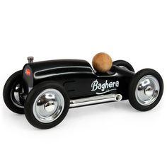 Coche metal roadster negro 20cm. Es una réplica perfecta de los coches de carreras y se distingue por su alta calidad y acabados refinados.