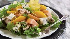 Hedelmäinen kana-aurajuustosalaatti
