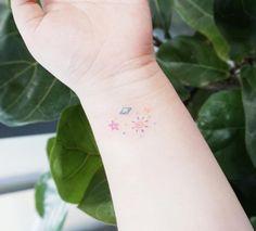 Algunos piensan que marcarse la piel es una cosa de locos. Pero cada quien tiene su estilo y ¿el mío?, diminutos e íntimos tatuajes impregnados en mi para siempre. Para recordar, para vivir, para s…