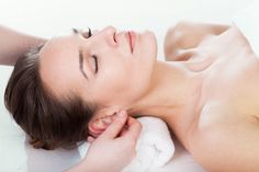 Ear massage or auricular acupuncture appears to be a very effective and fast way to increase the energy, reduce the stress levels and relieve the headaches. Massage Tips, Ear Massage, Massage Benefits, Alternative Heilmethoden, Alternative Medicine, Acupuncture, Medical Qigong, Kundalini Yoga, Chinese Medicine