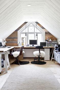 Valoisa työhuone vanhan talon vintillä. Light office in an old house. | Unelmien Talo&Koti Kuva: Camilla Hynynen Toimittaja: Jaana Tapio