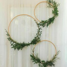 Geometrik şekillerin ne yapılırsa şık durması... Basit süslemeler bile yeterli görsel şovumuz için. Bir de üzerinde uğraşılmışları düşünün! Benim favorim burada çemberler oldu. Minimalist ve zarif... Peki ya sizin en sevdiğiniz hangisi? . . . .  #wedding #engagement #weddingorganization #düğün #düğünorganizasyonu #düğünhazırlıkları #fotoğraf #photography #fotoğrafköşesi #photobooth #natural #flower #background #arkaplan #hexagon #altıgen #çember #üçgen #minimalist #süsleme #circle #triangle… Diy Wedding Wreath, Diy Wedding Backdrop, Rustic Backdrop, Backdrop Ideas, Backdrop Decorations, Bridal Shower Decorations, Diy Wedding Decorations, Weding Decoration, Prom Decor