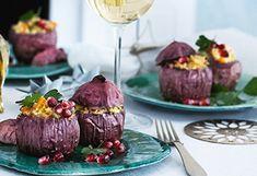 Gefüllte rote Zwiebeln mit Mandel-Couscous und Granatapfelkernen Veggie Recipes, Veggies, Beef, Vegan, Table Decorations, Winter, Food, Veggie Food, Easy Meals