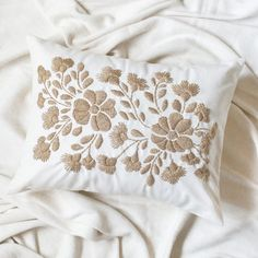Cushion Embroidery, Floral Embroidery Patterns, White Embroidery, Embroidery Art, Cross Stitch Embroidery, Embroidery Designs, Fabric Painting, Fabric Art, Cute Pillows