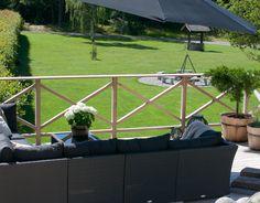 Det er så deilig å ha en terrasse med mulighet for skygge og god hvile♥ Vi har gjort store forandringer i hagen. Og der poolen en gang var har vi nå fått bygget en terrasse i sibirsk lerk. Skråningen består nå av ulike former for stein, der det tidligere var M-E-N-G-D-E-R med skvallerkål! For å...Continue