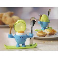 Der freundlich grinsende Eierbecher bringt alles mit, was Sie zum Verzehr Ihres Frühstückseis brauchen. Der bewegliche Hammer schlägt die Schale auf. Mit dem passenden Löffel genießen Sie Ihr wachsweiches Ei und die Schalen sammeln Sie in der Mütze. Damit es nicht eintönig wird, hat sich McEgg modische Outfits zugelegt, die in jede Farbwelt passen. Aus hochwertigem Kunststoff, Eierlöffel aus Cromargan®.