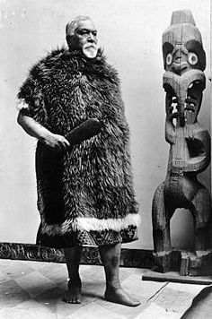 Full length portrait of Hoani Te Whatahoro Jury wearing a kahu huruhuru (Maori feather cloak) and holding a patu (Maori short weapon). He stands by a wooden Maori carving. Antique Photos, Old Photos, Treaty Of Waitangi, Waitangi Day, Polynesian People, Maori People, Maori Designs, Aboriginal Culture, Nz Art