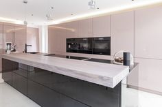Handleless two toned high gloss lacquer kitchen Two Tone Kitchen, Real Kitchen, Elegant Kitchens, Beautiful Kitchens, Interior Design Living Room, Living Room Designs, Breakfast Bar Worktop, Kitchen Appliances, Kitchen Worktops