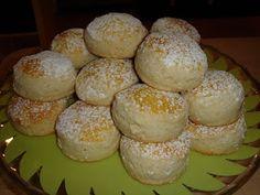 Los scones  son un dulce típico inglés que se suele tomar a la hora del té.  Se pueden acompañar de mantequilla, mermelada e incluso nata. ...