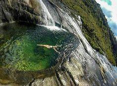 No Parque Nacional do Caparao em Minas Gerais, você pode tomar um banho de cachoeira nas alturas