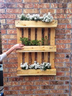Vertical flower pot holder with pallets! Here are 20 creative ideas…