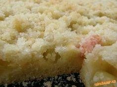 Vynikající rychlý rebarborový koláč na žmolenku - 1/3-1/2 másla + polohrubá mouka + cukr krupice si 6 lžic  3) Těsto: Mixérem zpěním 15 Dg cukru krupice, 2 celá vejce, přidám 10 Dg hodně měkkého másla, pak přidám 1 hrneček vlažného mléka asi 1/4 litru, 25-30 Dg polohrubé mouky a 1 prášek do pečiva, to všechno smíchám.