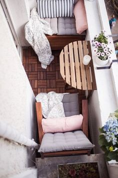 DIY Outdoor Furniture Plans For Enchanted Balcony In A Glance diy projects Having a private balcony outdoor space is a dream of most people living in a city. Not only for private places, but balcony in our apartment or houses. Small Balcony Design, Tiny Balcony, Small Balcony Decor, Small Patio, Balcony Ideas, Small Terrace, Patio Ideas, Garden Ideas, Small Balconies
