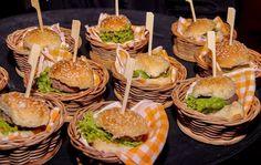 Mini Cheesburguinho com hamburguinho caseiro, salada e queijo cheddar