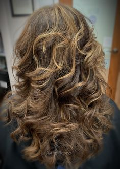 Medium length brown wavy hair with honey hilights Brown Wavy Hair, Brown Hair Balayage, Summer Hairstyles, Cool Hairstyles, Hair Color Experts, Color Correction Hair, Best Hair Salon, Honey Hair, Hair Studio