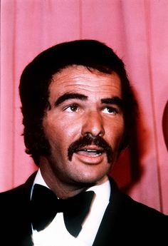 Burt Reynolds made rare appearance at Comic Con over the weekend Burt Reynolds actor - Colorful Toupee Hairs Burt Reynolds, Hollywood Men, Hollywood Celebrities, Classic Hollywood, Actors Male, Actors & Actresses, Famous Movies, Country Music Singers, Comic Con