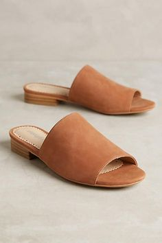 the perfect neutral slide for summer, this is the shoe of the moment. right on trend with a super low wooden heel and right on trend with a leather upper in tan.