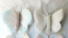 Para organizar a sua rotina ou o seu material de trabalho ou material de estudo de forma mais charmosa e feminina você pode fazer borboletas de pregador