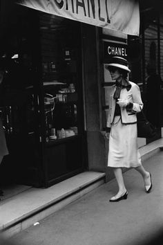1962: Mademoiselle Chanel in front of the boutique 31 rue Cambon. Photographer unknown. © Chanel