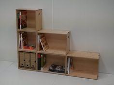 Composición de una estantería en escalera con seis Fastenbox Plywood Shelves, Box, Furniture, Home Decor, Modular Bookshelves, Wood Types, Stairs, Homemade Home Decor, Home Furnishings