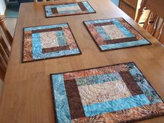 Tamarack Shack: beautiful and easy placemats Quilting Tutorials, Quilting Projects, Quilting Designs, Sewing Projects, Quilted Placemat Patterns, Quilt Patterns, Placemat Ideas, Quilted Coasters, Table Runner And Placemats