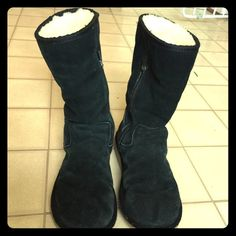 Uggs boots Women's Black boot pre love but still has a lot of life, some of the stitches in the inner boot look worn but not the bad.fur inside is in good condition. The leather is very fading, sold as is UGG Shoes Winter & Rain Boots