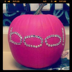 Pink is the color of pretty and adorable, and what you can do for pink halloween decorations Pink Halloween, Holidays Halloween, Halloween Pumpkins, Halloween Crafts, Holiday Crafts, Holiday Fun, Happy Halloween, Halloween Decorations, Halloween Party