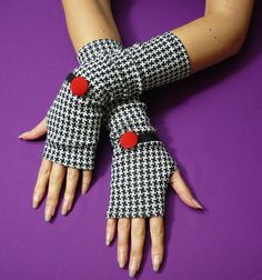 Elegant Houndstooth Fingerless Gloves, Black and White Retro Armwarmers with Red Buttons, style Mittens Fabric Covered Button, Covered Buttons, Elegant Gloves, Sewing To Sell, Gloves Fashion, Hand Accessories, Creation Couture, Designs For Dresses, Wrist Warmers