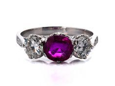 Ringweite: 54. Gewicht: 3,9 g. WG 750. Klassischer Ring mit leicht oval facettiertem Rubin, ca. 0,98 ct, flankiert von Brillanten, zus. ca. 0,90 ct. (10104837)...